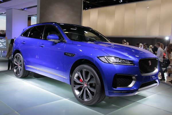 Jaguar_F-Pace_(front_3-4)