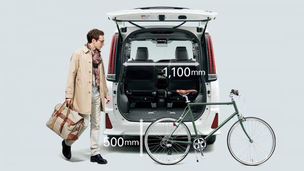 トランク_ワイドで低いから荷物を積みやすい