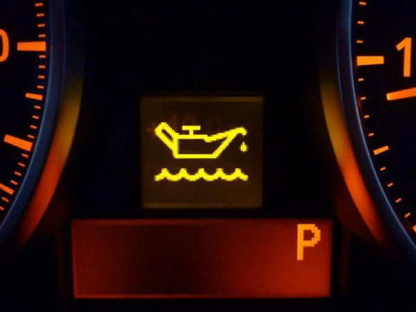 エンジン オイル 警告 灯 エンジンオイルの警告灯がついたらどうなる?