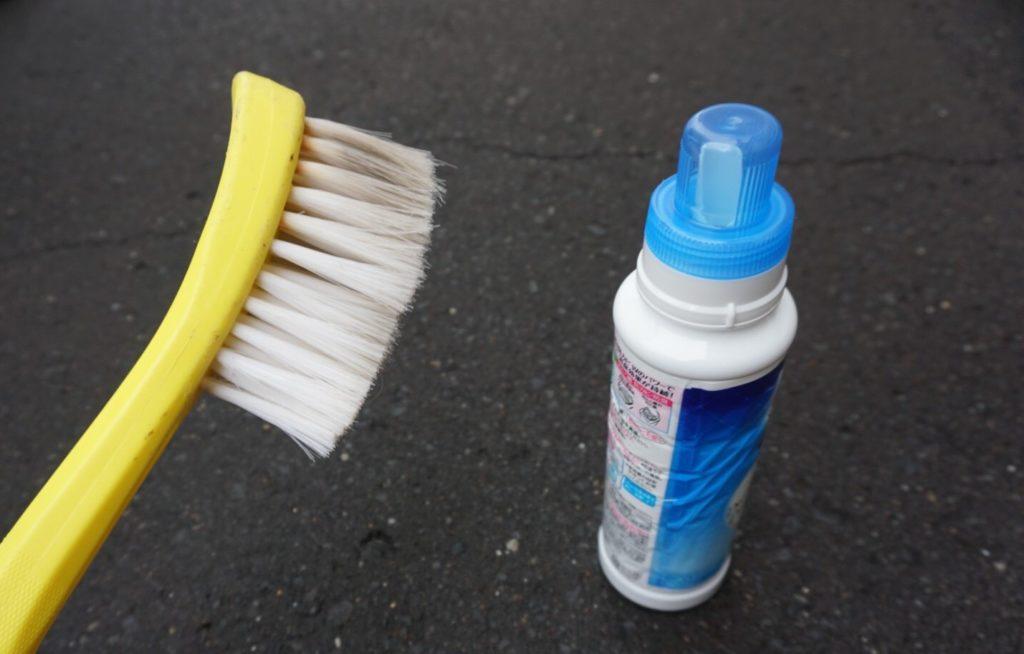 フロアマットを洗うためのブラシと洗剤