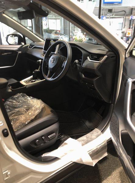 新型rav4運転席試乗前
